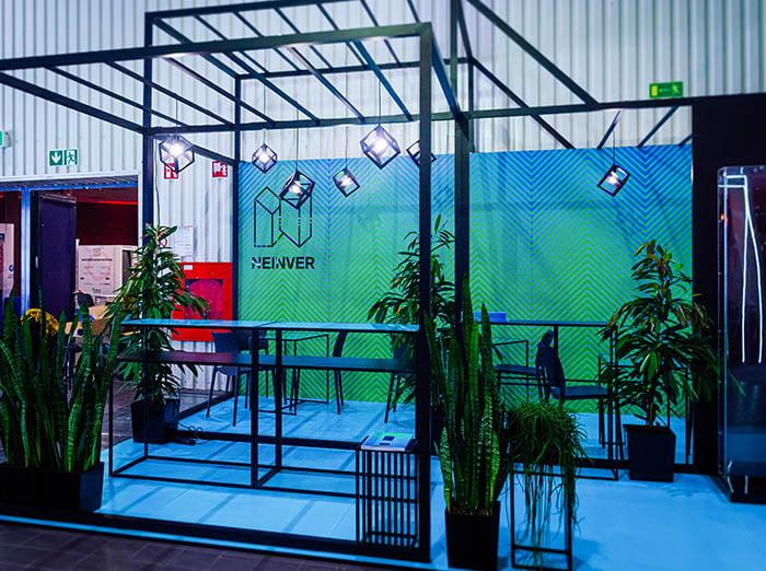 Loftowe stoisko wystawiennicze na targach w Warszawie